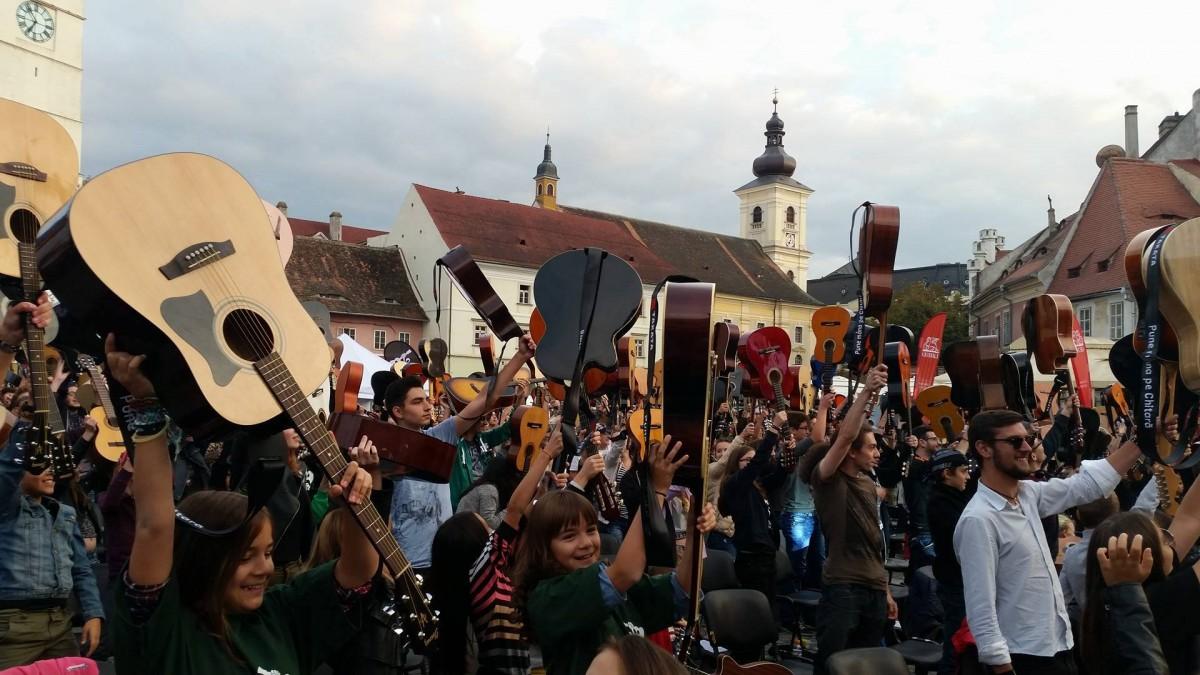 Foto/video.Întâlnire cu răsunet în Piața Mică. Peste 300 de chitariști au cântat deodată