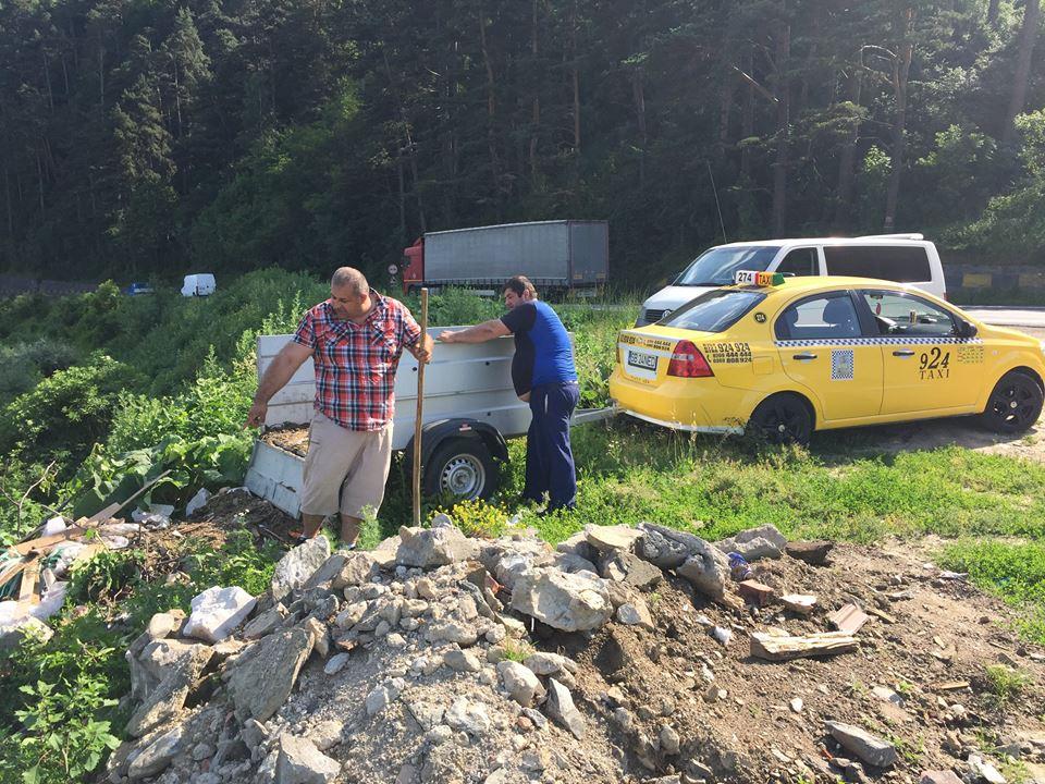 Acest taximetrist de la 924 aruncă o remorcă de gunoi în Olt