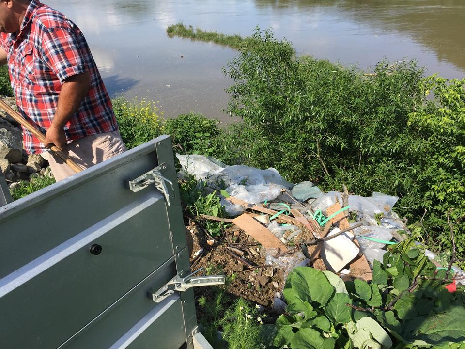 Garda de Mediu: Amendă de 2000 de lei pentru taximetristul care a aruncat gunoaie pe malul Oltului