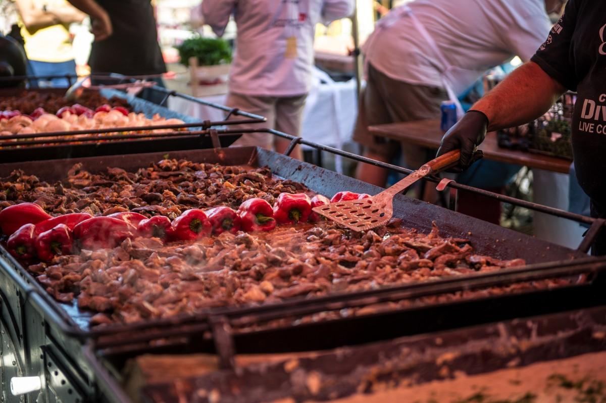 Patru tineri bucătari sibieni se vor întrece în finala Concursului European Young Chef Award din 19 august, în Piața Mare (CP)