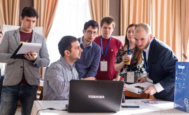 70 de pasionați de tehnologie din Sibiu participă mâine la Hackathlon