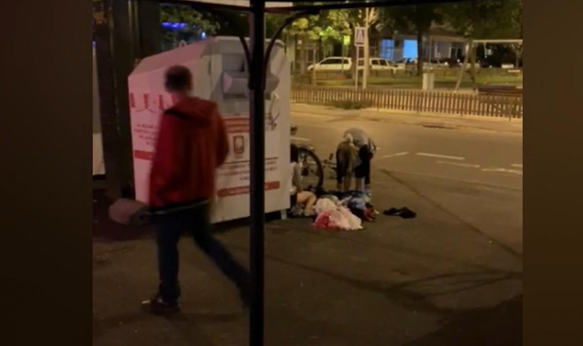 """VIDEO Copiii, folosiți pentru a fura din hainele pentru săraci: """"măcar dacă ar lăsa curățenie în urma lor"""""""