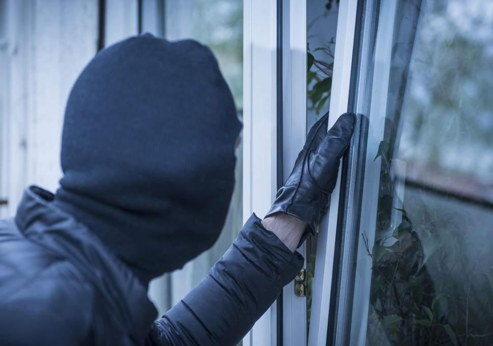Tânăr reținut după ce a furat bunuri de 32.000 de lei dintr-o casă