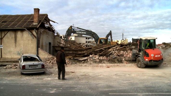 FOTO, VIDEO Lovitură de Dorel: au dărâmat zidul de la Balanța, peste o mașină