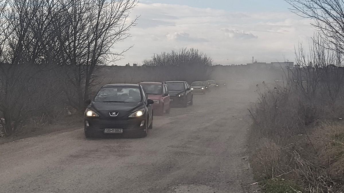"""VIDEO Imaginile disperării din traficul sibian. """"Mai bine îmi rup mașina, decât să stau!"""""""