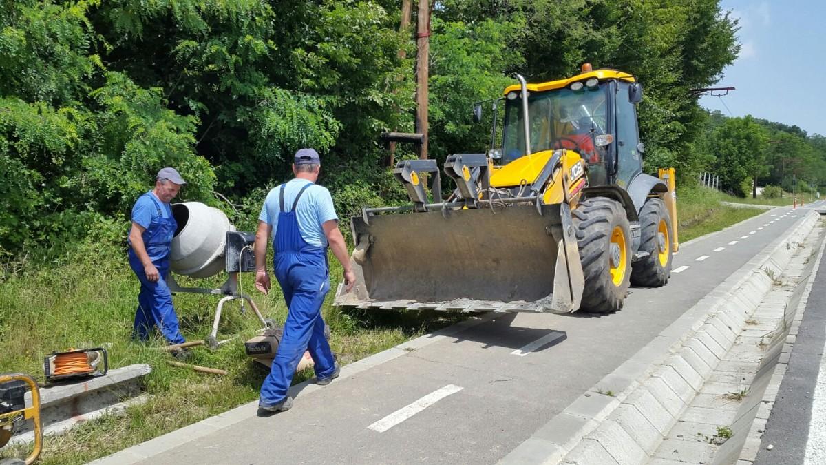 """FOTO – Primăria Rășinari intră cu buldozerul pe pista de biciclete. """"Ne încurcă foarte mult"""""""