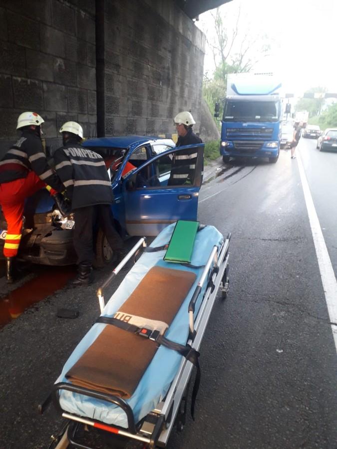 Coliziune în lanț pe Valea Oltului între un TIR și două mașini: o femeie a ajuns la spital