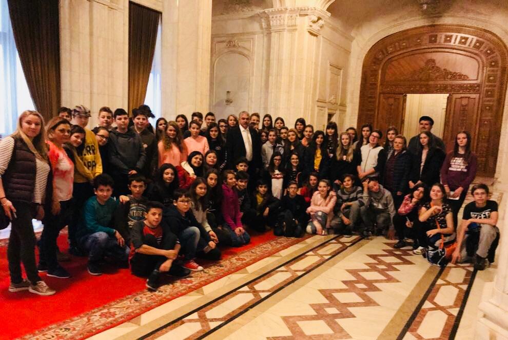 """Elevi de la """"Goga"""" au vizitat Parlamentul"""