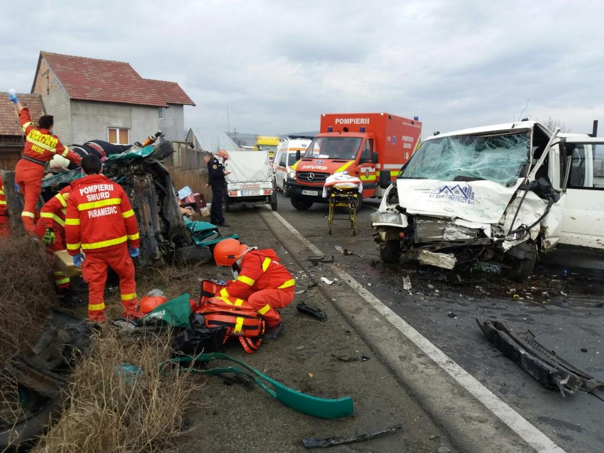 FOTO VIDEO Accident grav cu două microbuze la Boița