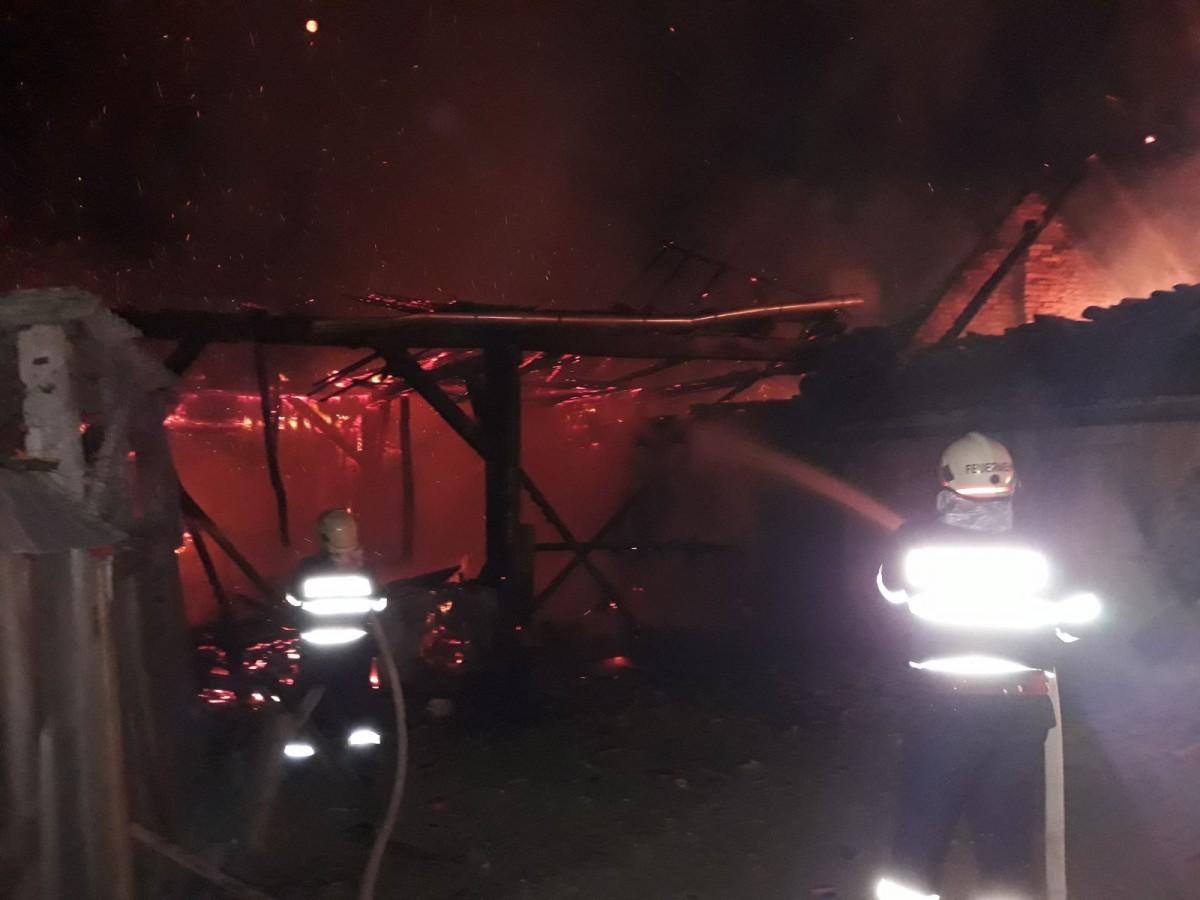 """Incendiu la trei noaptea: """"pompierii au lichidat incendiul după trei ore de luptă"""""""
