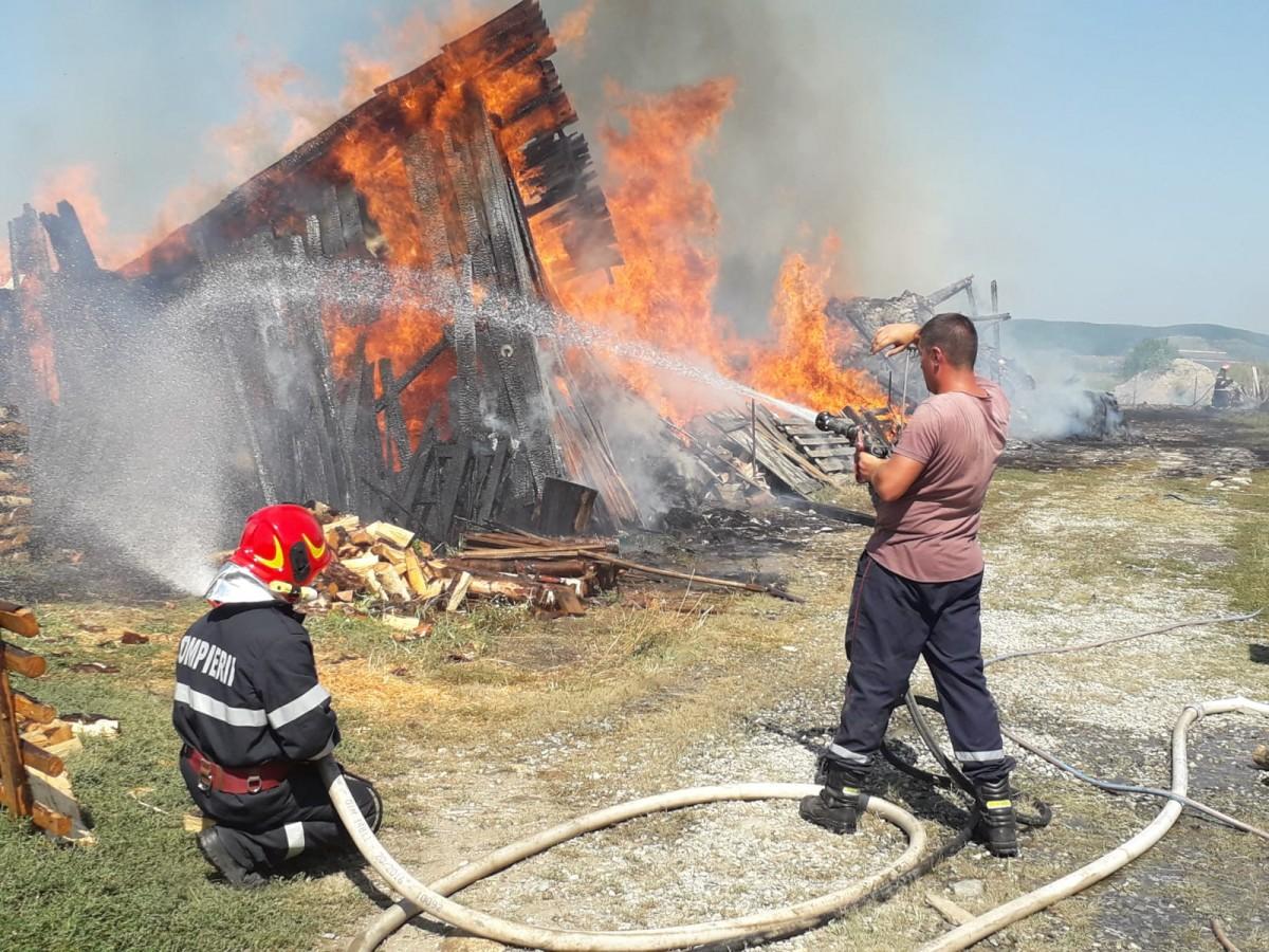 ACTUALIZARE Incendiu la un depozit cu lemne din Gura Râului