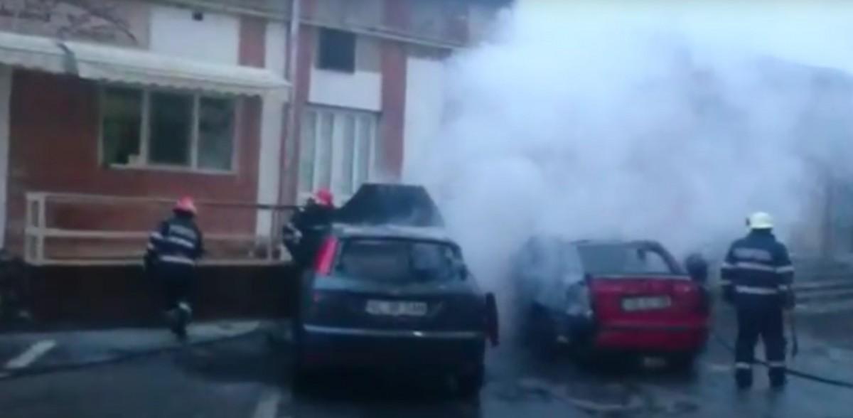 Un piroman din Vâlcea a incendiat două mașini în Sibiu. A mărturisit în fața polițiștilor și a fost lăsat liber