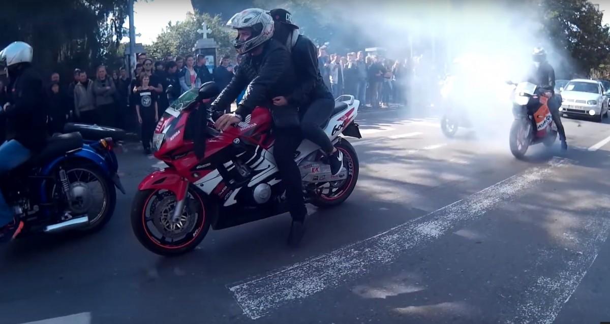 Cum și-au condus tinerii sibieni prietenul pe ultimul drum: motoare turate, biciclete, bani | Video și foto