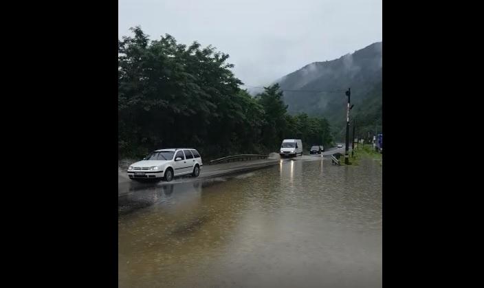 Foto Video | Trafic îngreunat pe Valea Oltului din cauza ploii. Apă de 10 cm pe carosabil, la Câineni