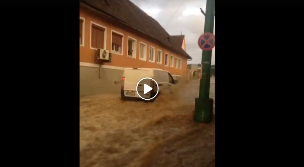 Video.Stradă transformată în râu, la Cisnădie. Inundații și la Sadu