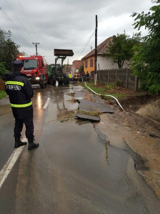 Pompierii intervin în patru localități pentru evacuarea apei din gospodării