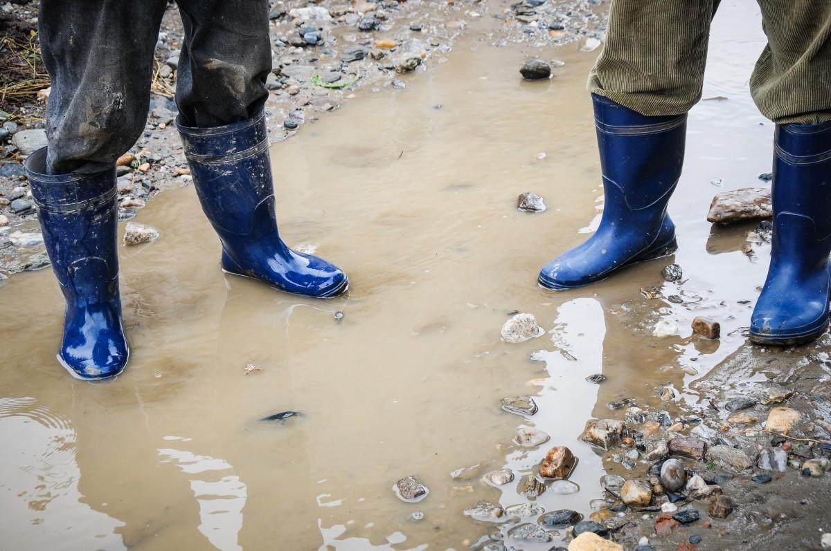 Căderi de pietre și inundații pe Valea Oltului
