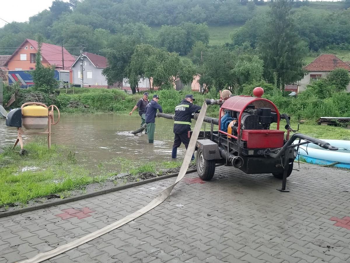 Bani de la Guvern pentru satele inundate. Orlat primește cei mai mulți