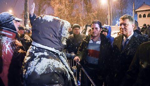 VIDEO Iohannis a ieșit să discute cu protestatarii care îi cer demisia