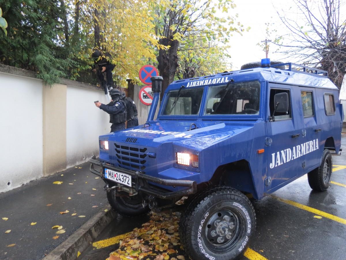 Foto Video | Exercițiu. Jandarmii au intervenit pentru reținerea unui agresorla Consulatul Germaniei