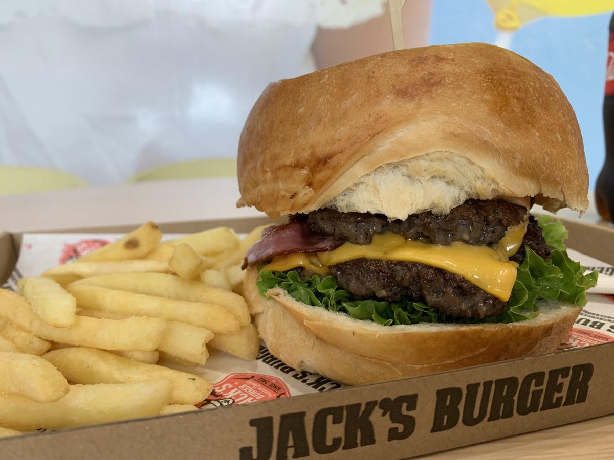 Burgerul Jack, cât statuia libertății