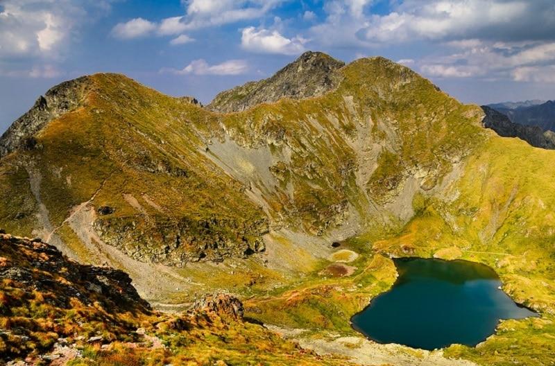 Incident pe munte: o fetiță de cinci ani a alunecat de pe cărare și a căzut peste 150 de metri