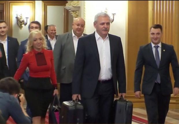 VIDEO. Liderul PSD a venit cu două valize la şedinţa CEx PSD:Ca orice localnic din Teleorman, am găsit în fundul curţii o valiză cu documente
