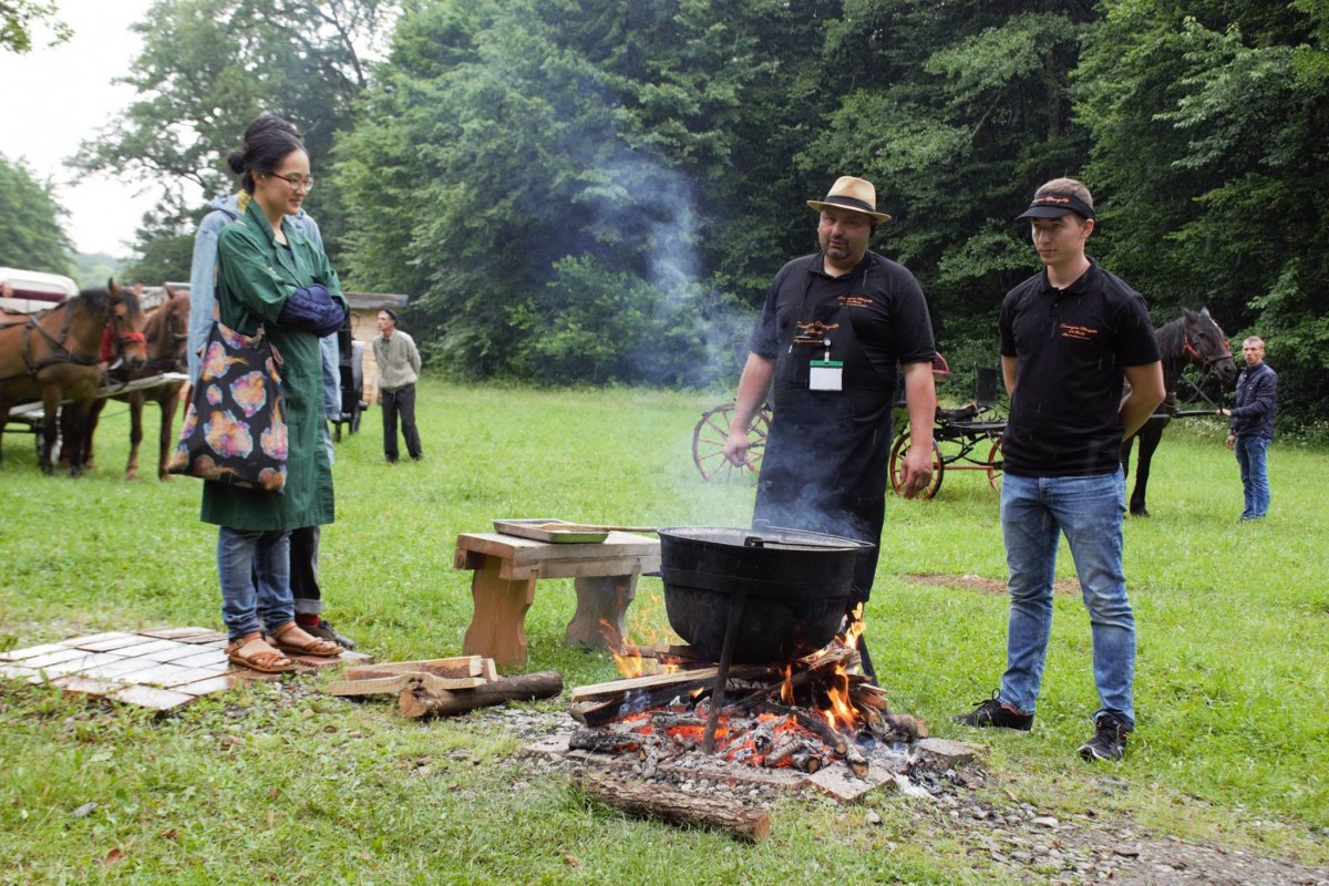 Lipovenii gătesc ciorbă de perioșoare din pește și colțunași pentru sibieni