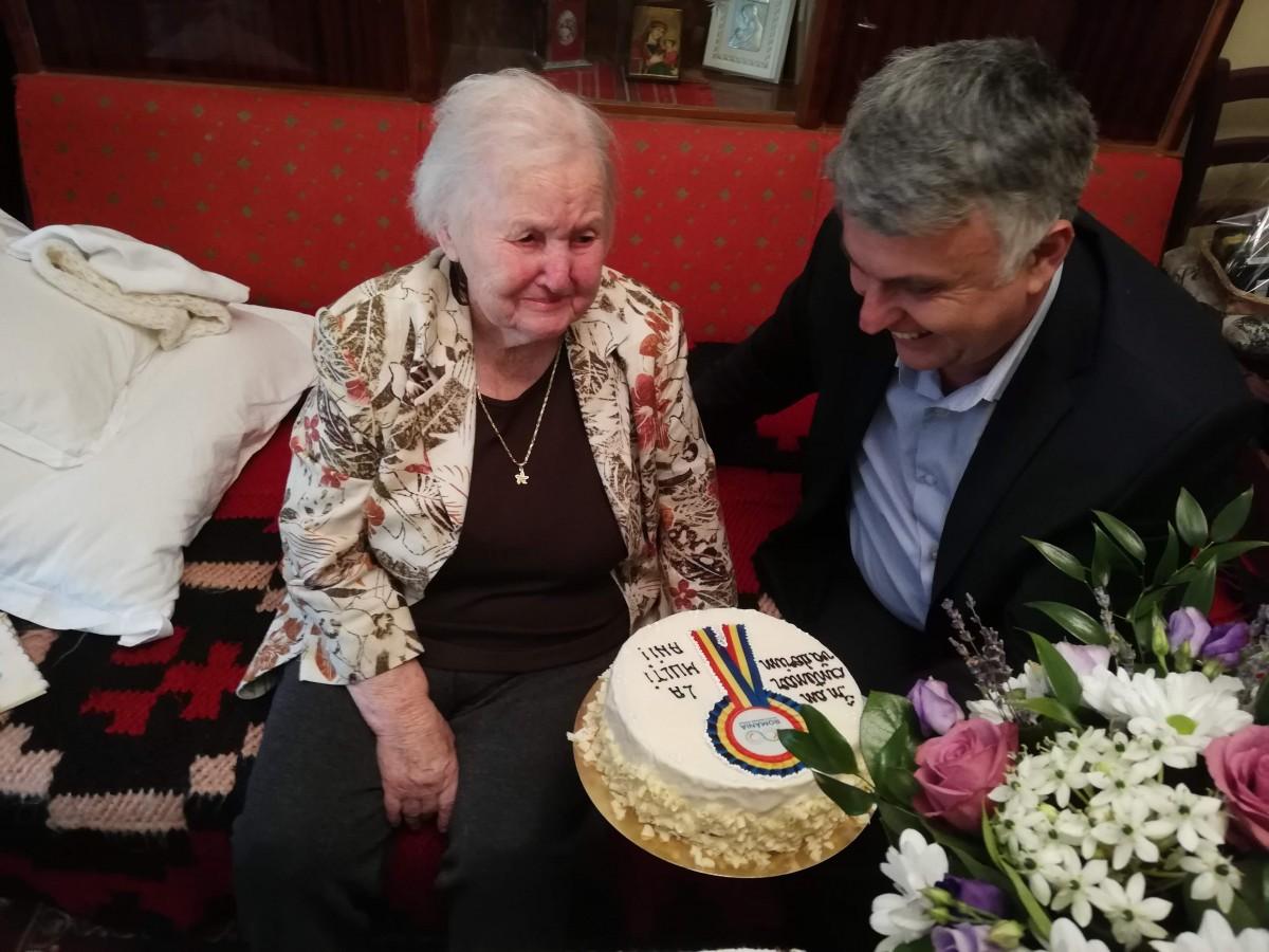 Două sibience, la 100 de ani, felicitate de Casa județeană de pensii