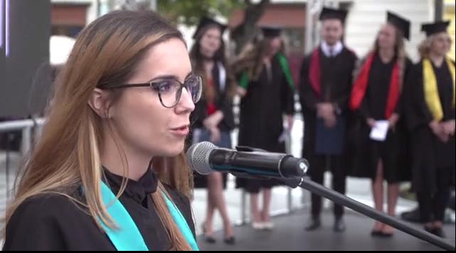 """VIDEO Șefa de promoție de la Facultatea de Drept, Sibiu: """"Haideți să construim împreunăun sistem mai puternic"""""""