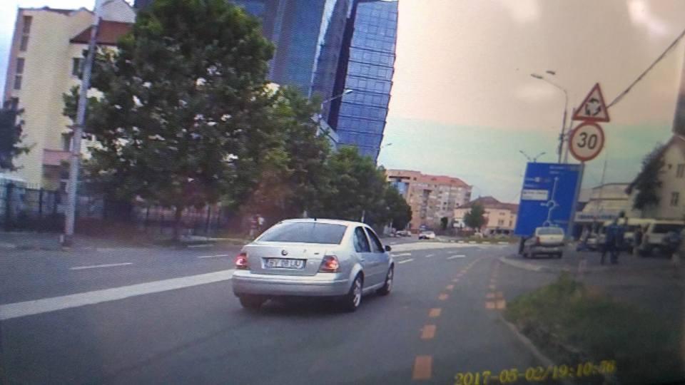 VIDEO – Un șofer lovește în plin o mașină parcată, lângă stadion, apoi fuge