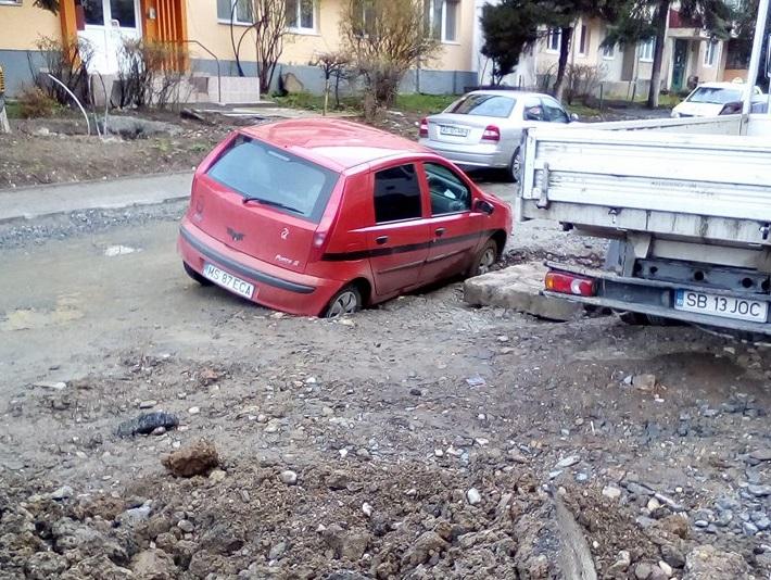 Riscurile șoferilor care intră în șantiere: un mureșean a fost înfrânt pe Aleea Biruinței