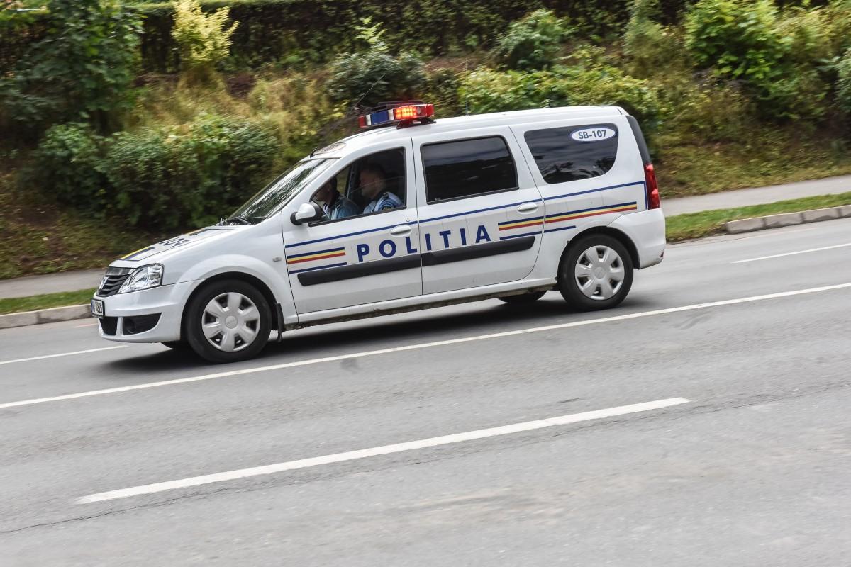 Un tânăr șofer a intrat cu mașina într-un TIR. Pasagera este la spital