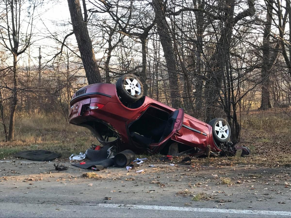 Un șofer de 22 de ani s-a răsturnat cu mașina, din cauza vitezei