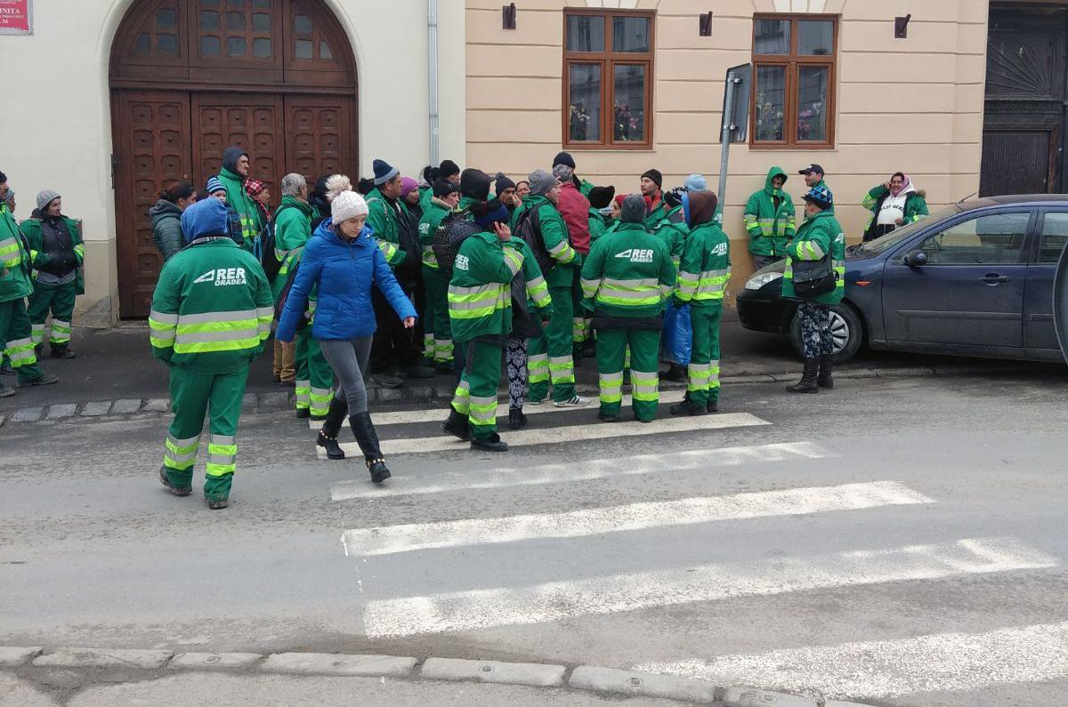 Măturătorii străzilor din Sibiu, la un pas de grevă