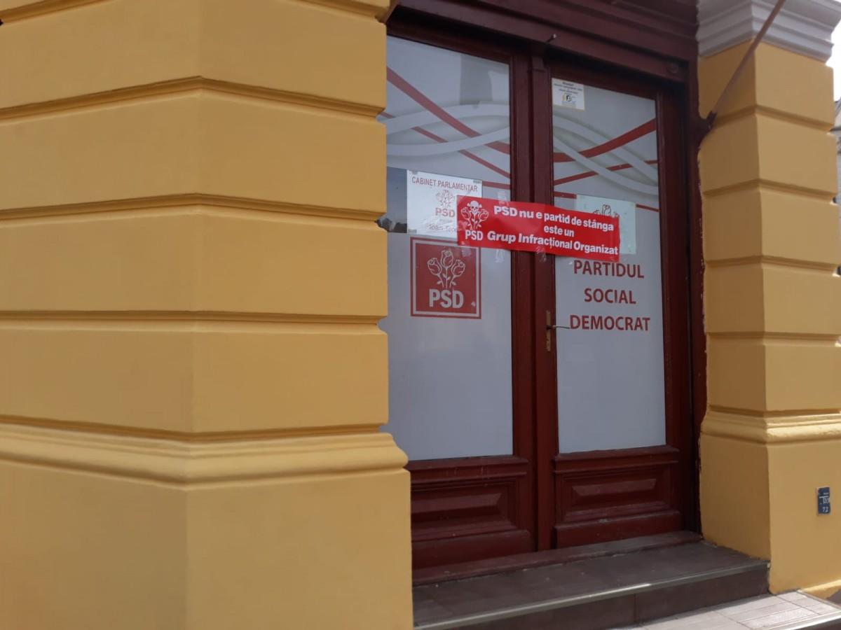 """Mesaj pe sediul PSD: """"nu e partid de stânga, e grup infracțional organizat"""""""