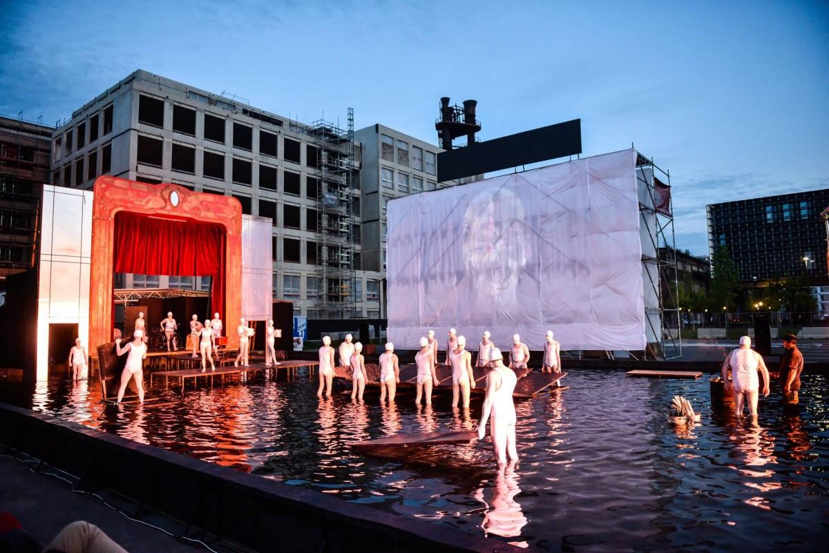 Actorii sibieni au transformat un bazin cu apă în scenă de spectacol. La Luxemburg