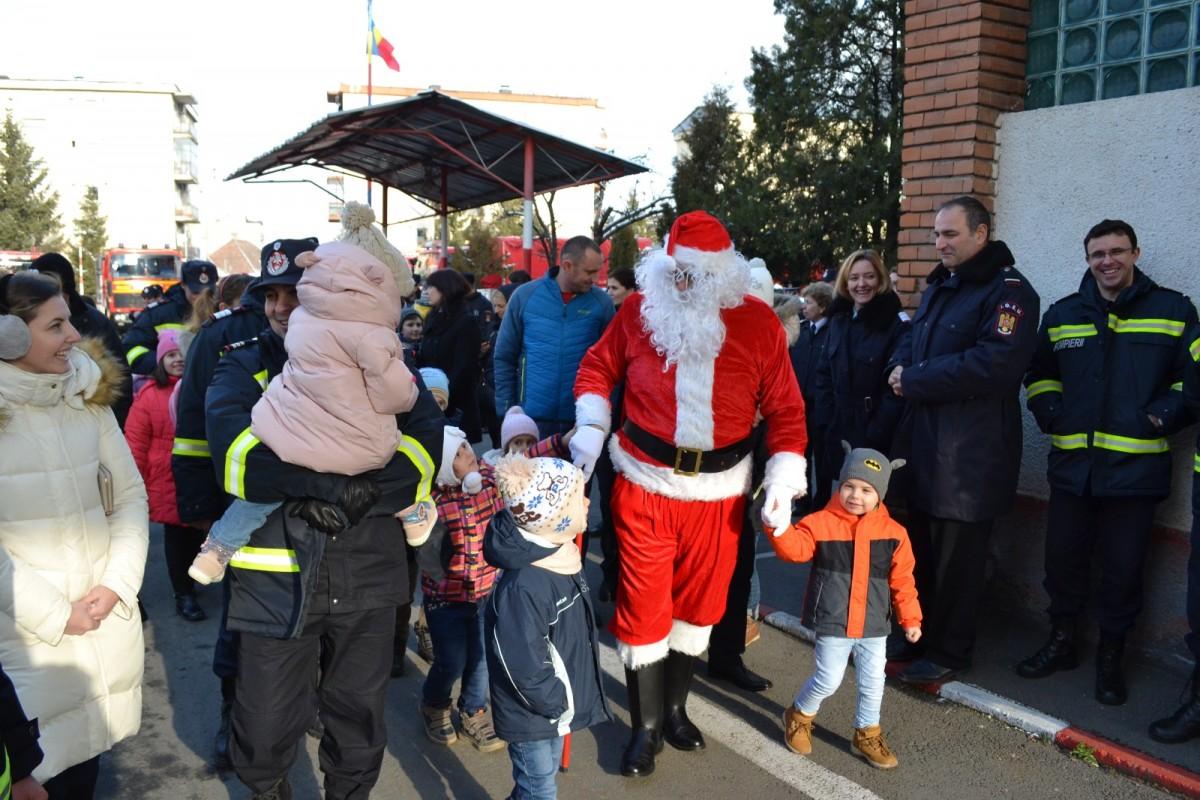 Pompierii sibieni l-au salvat pe Moș Crăciun cu autospeciala cea nouă
