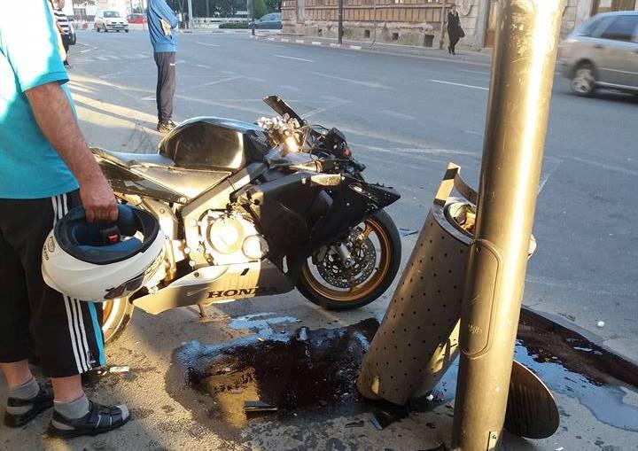 Accident pe Șaguna. Motociclist rănit de o șoferiță care nu s-a asigurat