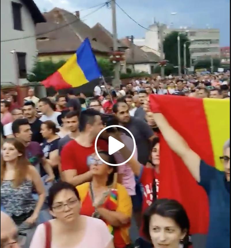 """Protestatarii s-au oprit în fața casei președintelui. """"Iohannis, Iohannis!"""" VIDEO"""