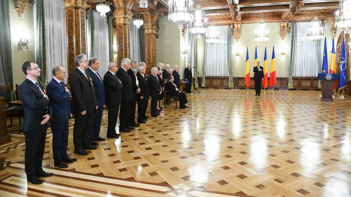 Iohannis l-a decorat pe istoricul sibian Paul Niedermaier