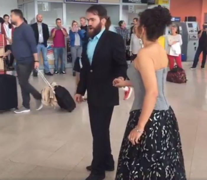 VIDEO – Pasageri întâmpinați cu arii din operă pe Aeroportul Sibiu