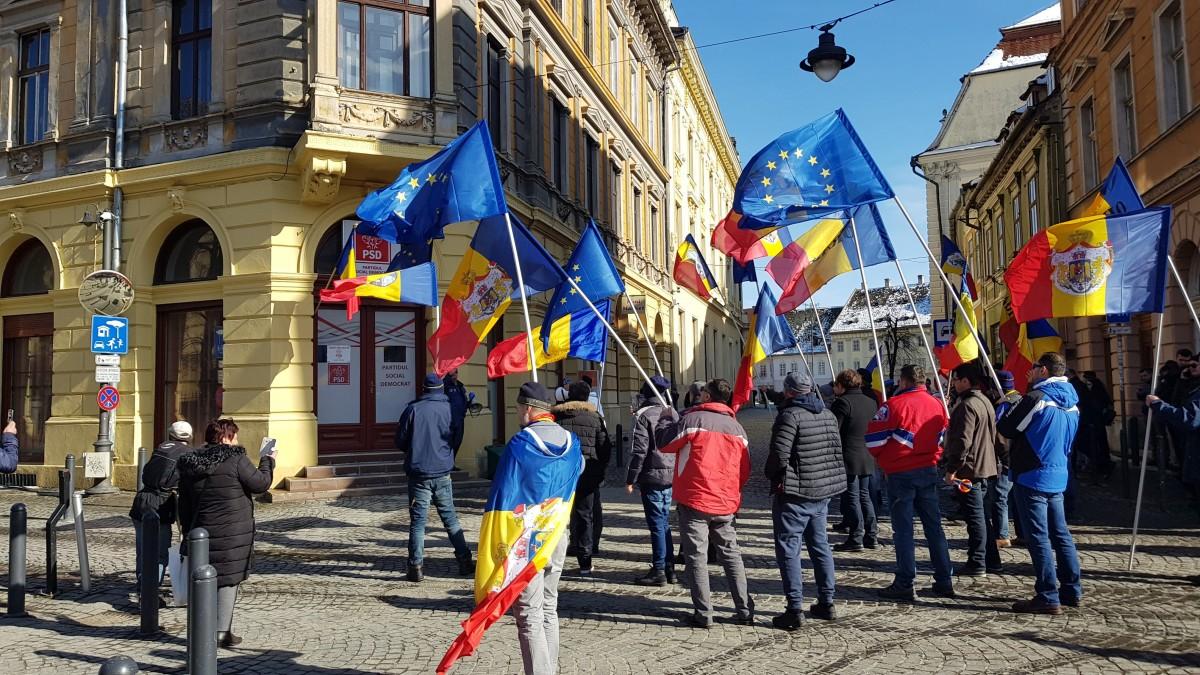 """FOTO VIDEO Orădenii au venit să protesteze în centrul Sibiului. """"DNA, să vină să vă ia!"""""""