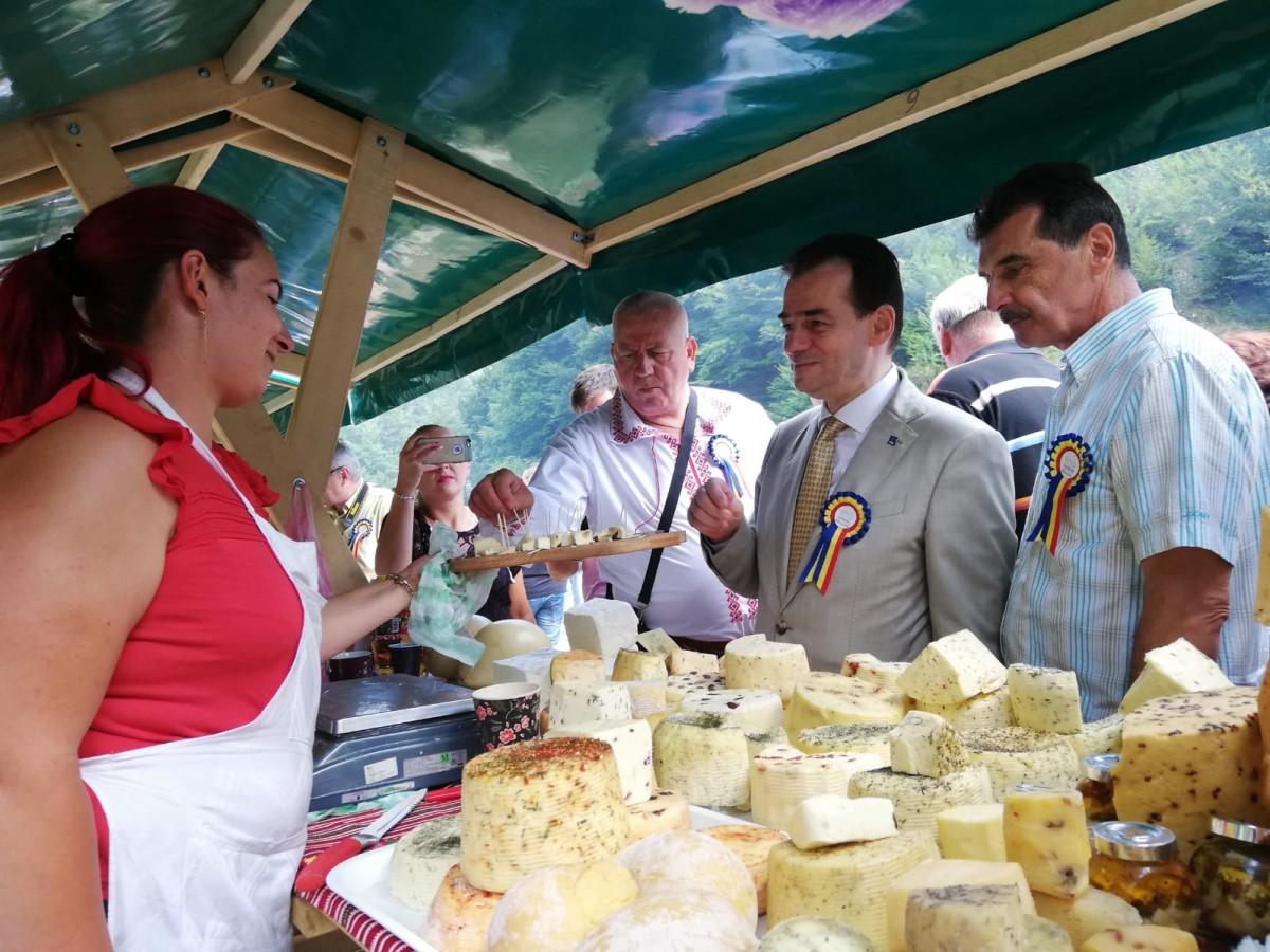 Brânză și țuică pentru liderii PNL. La festivalul de la Rășinari producătorii locali s-au plâns că sunt pe cale de dispariție