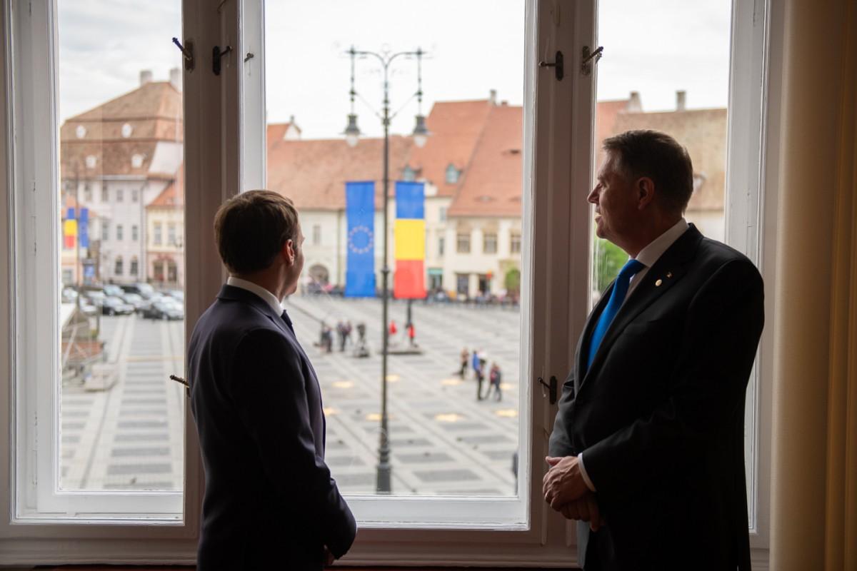 FOTO | Klaus Iohannis și Emmanuel Macron, în fostul birou de la Sibiu al președintelui României