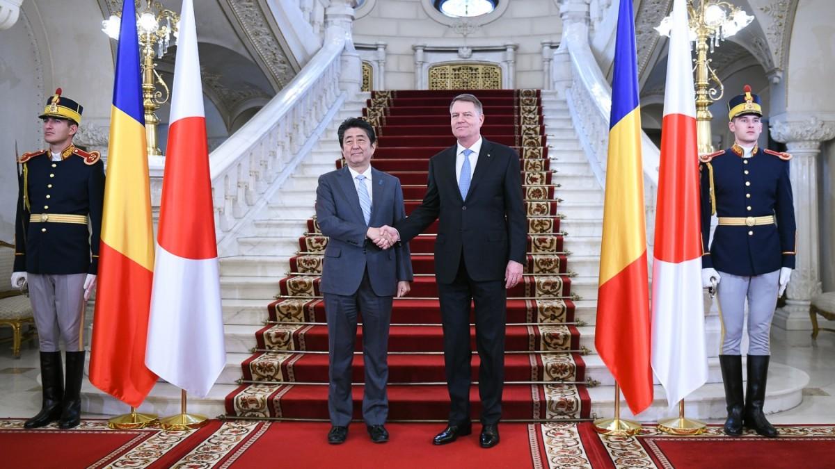 Președintele Iohannis, moment istoric alături de premierul Japoniei. Discuții și despre Sibiu
