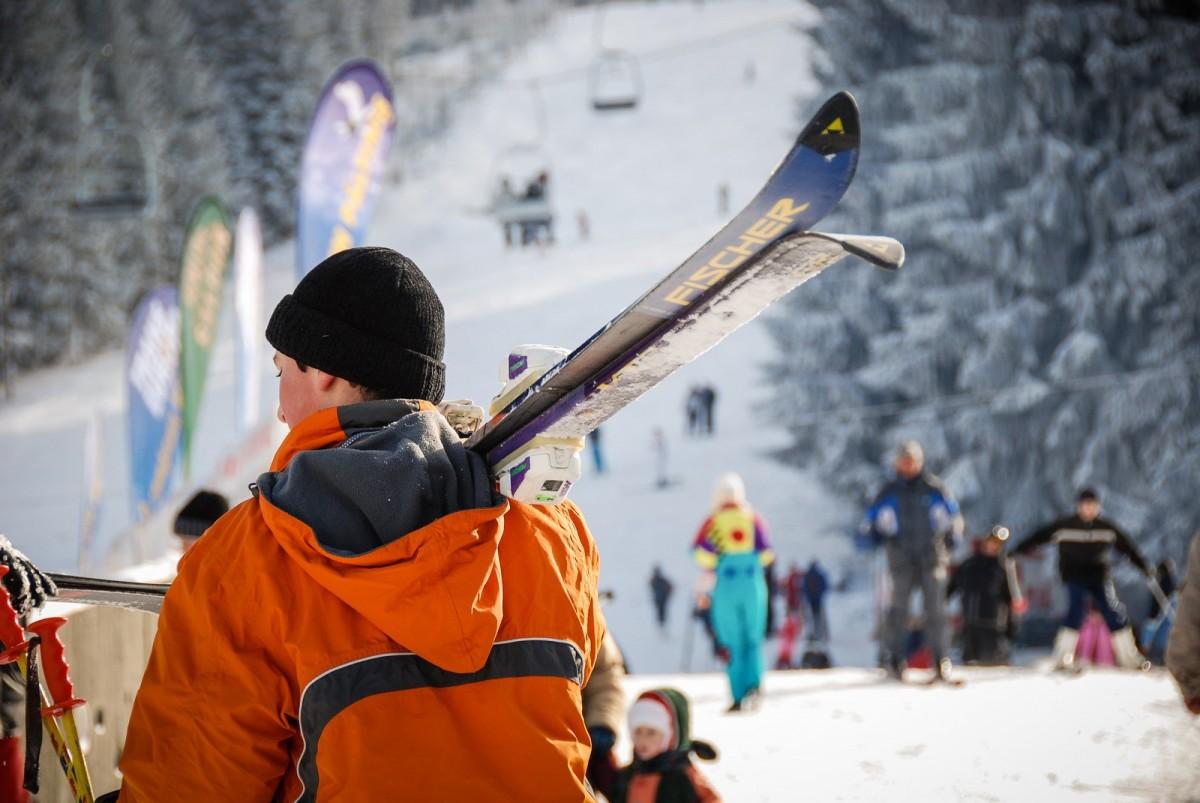 1967.12 echipe participă la primul concurs de schi pe pârtia Oncești-Păltiniș