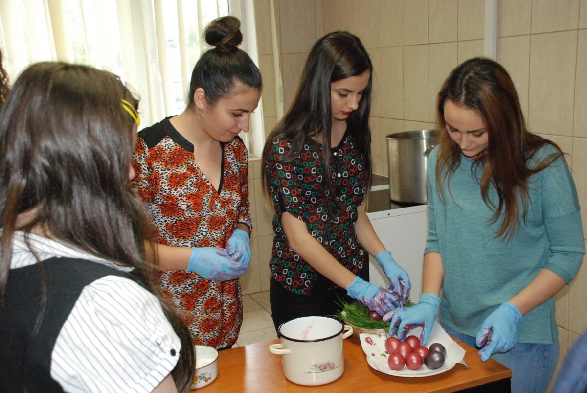 Concursde încondeiat ouă, între studenții de la ULBS