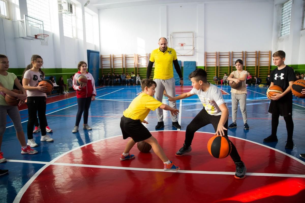 Baschetbaliştii CSU Sibiu devin antrenori de ocazie în şcolile sibiene
