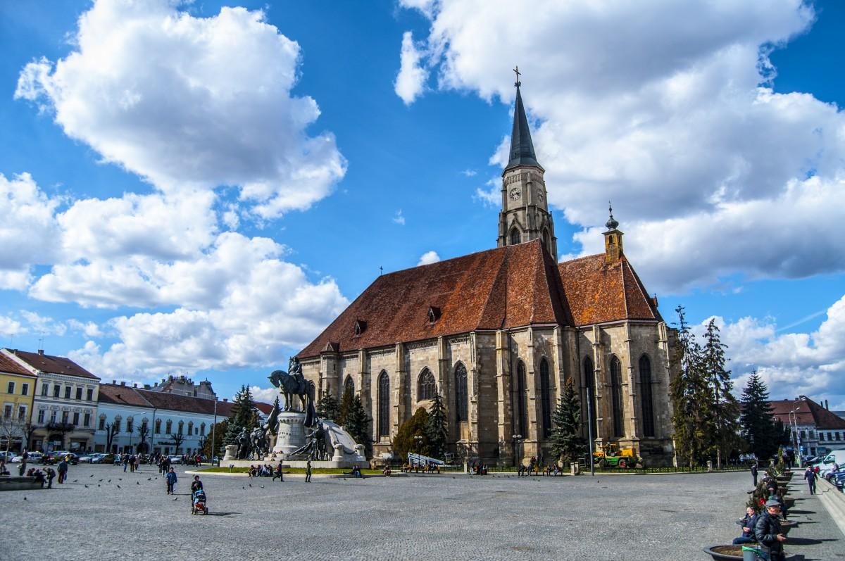 Beneficiarii de venit minim garantat apţi de muncă, din Cluj Napoca, obligaţi să cureţe parcurile şi pieţele
